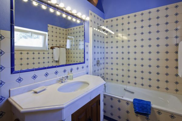 Coastal Villa near Lagos: Bathroom 2 (en suite)