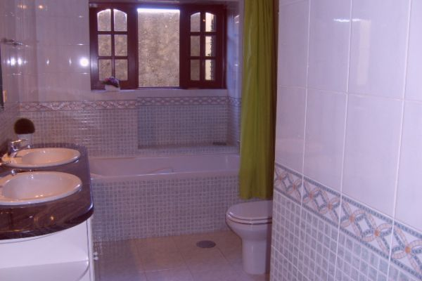 LARGE LUXURIOUS VILLA NEAR PORTO CITY: FAMILY BATHROOM