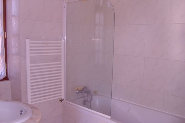 LARGE LUXURIOUS VILLA NEAR PORTO CITY: EN-SUITE BATHROOM 2
