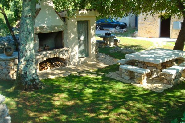 Spendid rustical stone house: Barbeque...stone table for 12
