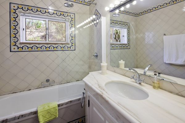 Coastal Villa near Lagos: Bathroom 1 (en suite)