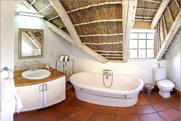 Cape Dutch style villa: En-suite bath